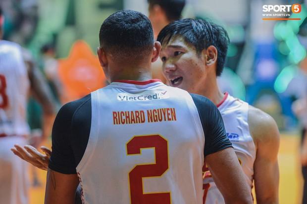 Tình huống nhiều tranh cãi giữa hai cầu thủ của Saigon Heat và Cantho Catfish ở những giây cuối Game 2 VBA Finals 2019 - Ảnh 5.