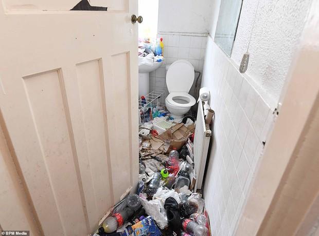 Cho bà mẹ 4 con thuê nhà trong 5 năm, chủ trọ buồn nôn khi nhìn thấy rác chất thành núi trong nhà, còn tốn hàng chục triệu để khắc phục - Ảnh 3.
