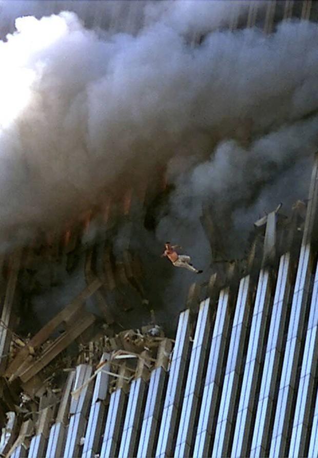 Nhìn lại những khoảnh khắc ám ảnh kinh hoàng trong vụ khủng bố 11/9 - Ảnh 8.