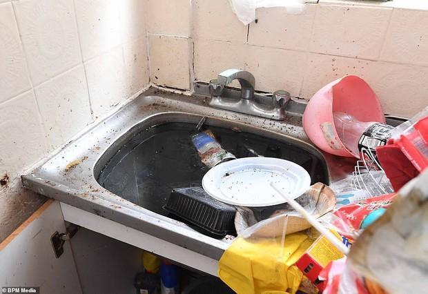Cho bà mẹ 4 con thuê nhà trong 5 năm, chủ trọ buồn nôn khi nhìn thấy rác chất thành núi trong nhà, còn tốn hàng chục triệu để khắc phục - Ảnh 4.