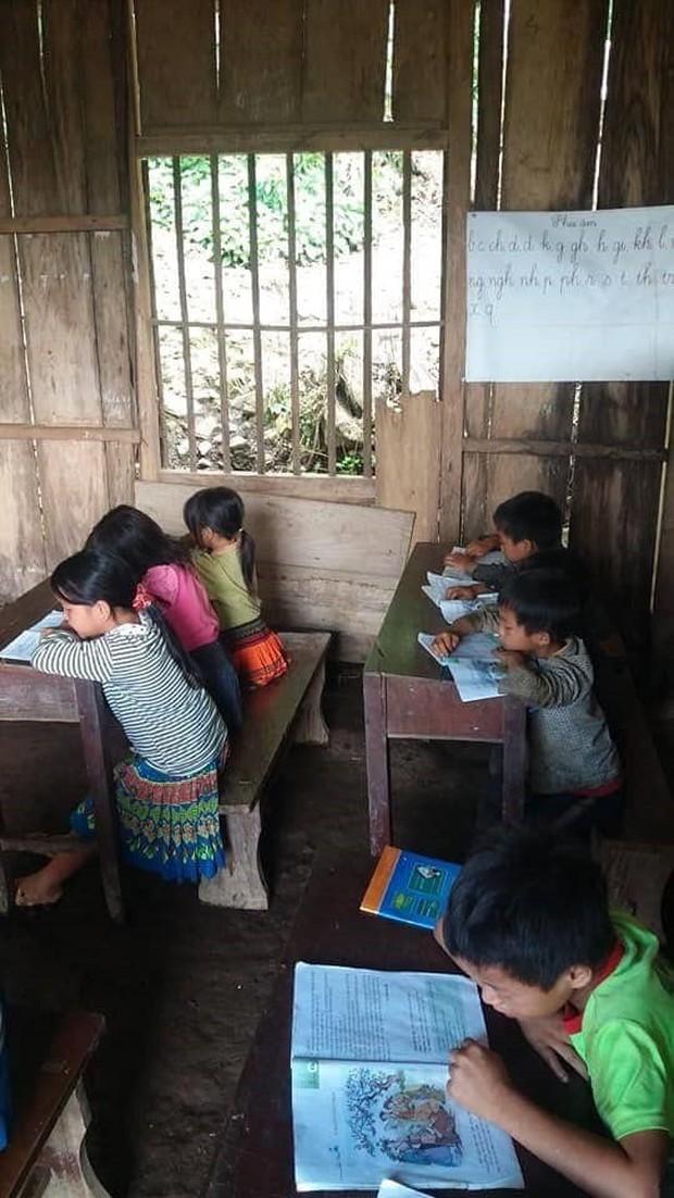 Thương cảm cảnh học sinh vùng cao ngồi học trên nền đất nhão nhoẹt - Ảnh 9.