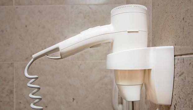"""Tưởng vô hại nhưng hoá ra máy sấy tóc trong phòng tắm khách sạn lại là một """"ổ bệnh"""" cực nguy hiểm - Ảnh 4."""
