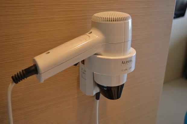 """Tưởng vô hại nhưng hoá ra máy sấy tóc trong phòng tắm khách sạn lại là một """"ổ bệnh"""" cực nguy hiểm - Ảnh 2."""
