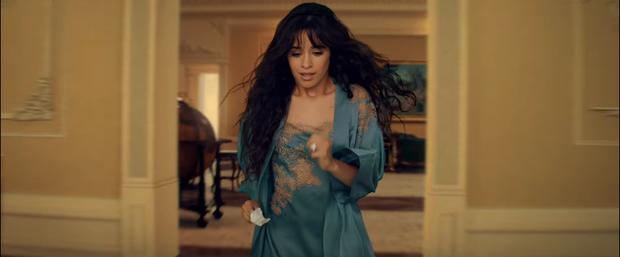 Bỏ mặc Shawn Mendes, Camila Cabello đưa đẩy cùng lúc cả 2 trai đẹp trong MV mới nhưng hóa ra lại là nữ phụ đam mĩ? - Ảnh 4.
