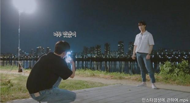 Từng gây sốt MXH vì chụp hình Đà Nẵng đẹp như tạp chí, ai dè cựu mỹ nam Wanna One đến lúc chụp cho bạn thì lại đổ bể thế này - Ảnh 2.