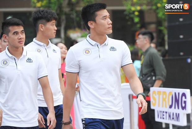 Quang Hải, Tiến Dũng đeo mặt nạ Trung thu, cầm đèn ông sao giao lưu cùng học sinh cấp 2 - Ảnh 15.