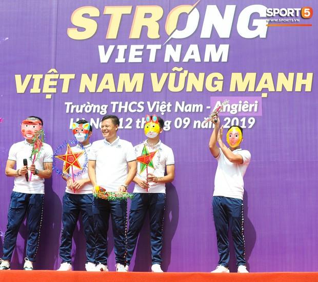 Quang Hải, Tiến Dũng đeo mặt nạ Trung thu, cầm đèn ông sao giao lưu cùng học sinh cấp 2 - Ảnh 1.