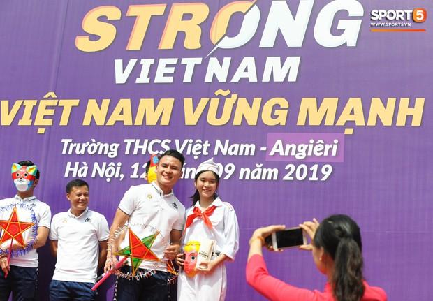 Quang Hải, Tiến Dũng đeo mặt nạ Trung thu, cầm đèn ông sao giao lưu cùng học sinh cấp 2 - Ảnh 4.
