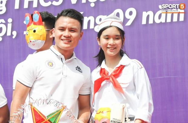 Quang Hải, Tiến Dũng đeo mặt nạ Trung thu, cầm đèn ông sao giao lưu cùng học sinh cấp 2 - Ảnh 5.