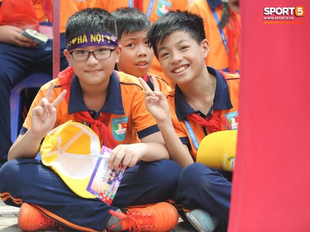 Quang Hải, Tiến Dũng đeo mặt nạ Trung thu, cầm đèn ông sao giao lưu cùng học sinh cấp 2 - Ảnh 3.