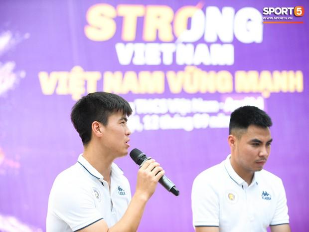 Quang Hải, Tiến Dũng đeo mặt nạ Trung thu, cầm đèn ông sao giao lưu cùng học sinh cấp 2 - Ảnh 9.