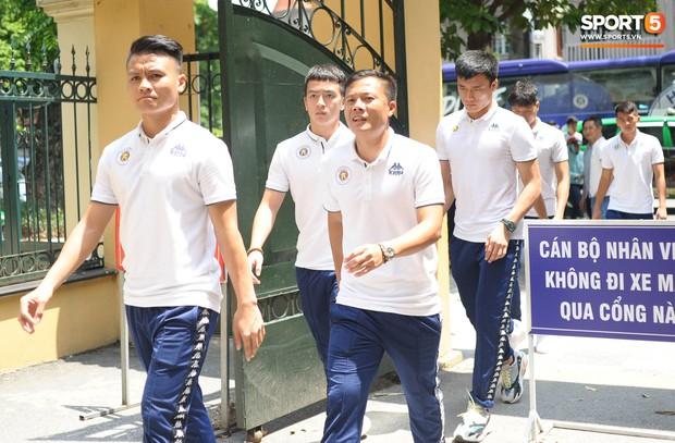 Cầu thủ Hà Nội FC đến bệnh viện thăm CĐV nữ bị bỏng nặng vì trúng pháo - Ảnh 3.