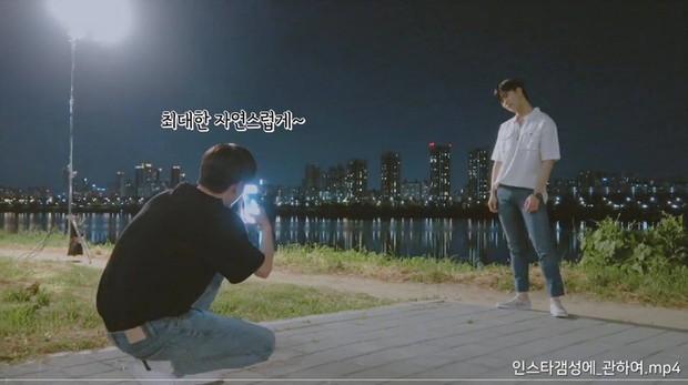 Từng gây sốt MXH vì chụp hình Đà Nẵng đẹp như tạp chí, ai dè cựu mỹ nam Wanna One đến lúc chụp cho bạn thì lại đổ bể thế này - Ảnh 3.