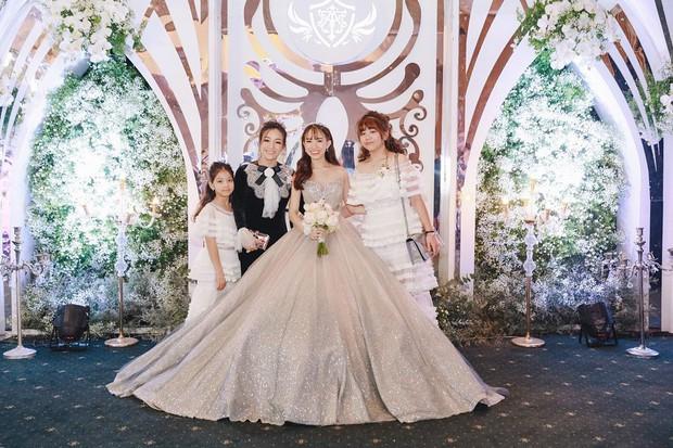 Giữa tâm bão drama vợ 2 của bố, con gái Minh Nhựa gây khó hiểu khi đăng ảnh ngày xưa 4 mẹ con vui vẻ bên nhau - Ảnh 2.