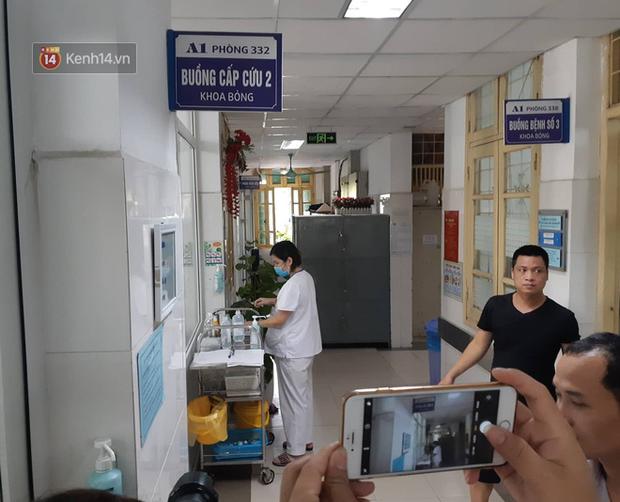Bác sĩ điều trị lên tiếng về tình trạng của nữ CĐV bị bỏng do pháo trong trận Hà Nội FC vs Nam Định - Ảnh 3.