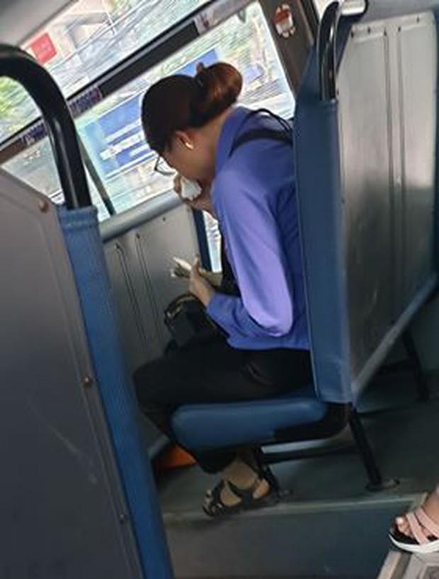 Nam thanh niên đi xe buýt quên mua vé, nữ phụ xe ở Sài Gòn khóc nức nở vì bị đình chỉ - Ảnh 2.