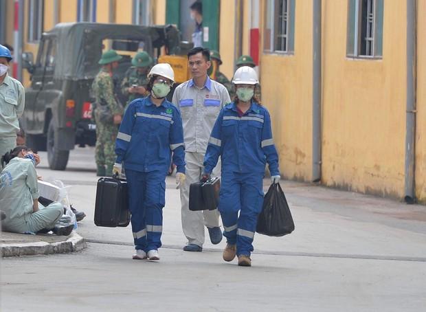 Binh chủng Hóa học tiến hành tẩy độc nhà xưởng Công ty Rạng Đông sau vụ cháy kinh hoàng - Ảnh 6.