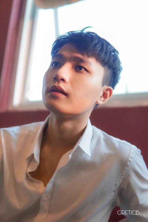 Nam sinh trường con nhà giàu ở Hà Nội gây thương nhớ bởi vẻ ngoài giống idol Hàn, lại vừa hát hay vừa đàn giỏi - Ảnh 1.