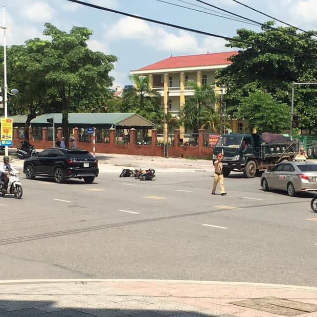 Quảng Ninh: Tài xế xe dân chơi Chevrolet Camaro rồ ga bỏ chạy bất chấp bị CSGT dùng súng AK đập vỡ kính - Ảnh 3.