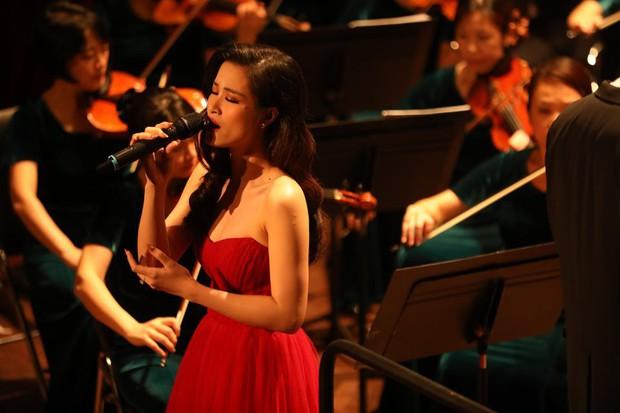 Đông Nhi gây bất ngờ với màn trình diễn bên dàn nhạc giao hưởng hoành tráng làm mới loạt hit - Ảnh 4.