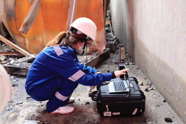 Binh chủng Hóa học tiến hành tẩy độc nhà xưởng Công ty Rạng Đông sau vụ cháy kinh hoàng - Ảnh 8.