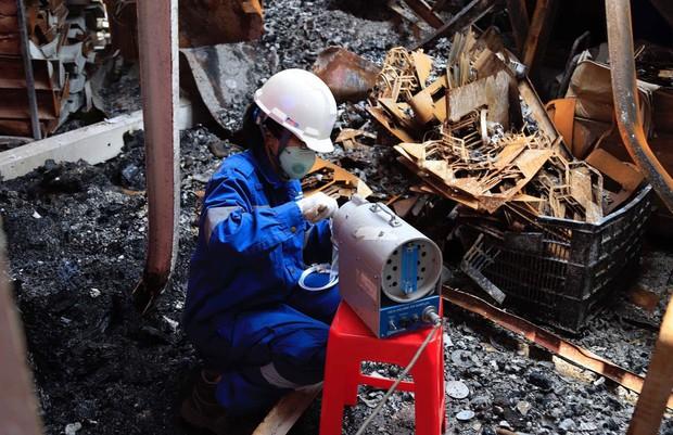 Binh chủng Hóa học tiến hành tẩy độc nhà xưởng Công ty Rạng Đông sau vụ cháy kinh hoàng - Ảnh 9.