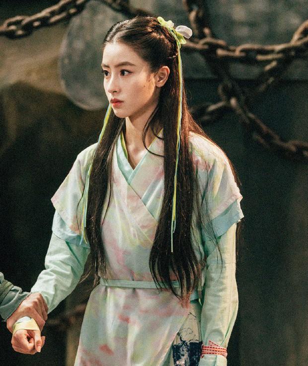 """Đóng Tiểu Long Nữ chưa xong, Mao Hiểu Tuệ lại """"cosplay"""" vai khác Lưu Diệc Phi khiến người xem không ngỏi ngỡ ngàng! - Ảnh 1."""