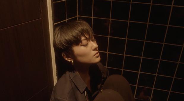 Khác hẳn hit Thanh Xuân, Da LAB bắt tay Tóc Tiên ra MV mới đầy drama kể chuyện tình tay ba giữa... 2 bố con - Ảnh 5.