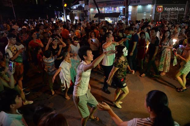 Hàng vạn người dân Tuyên Quang đổ về trung tâm xem rước đèn khổng lồ, hào hứng nhảy múa trên đường phố - Ảnh 11.