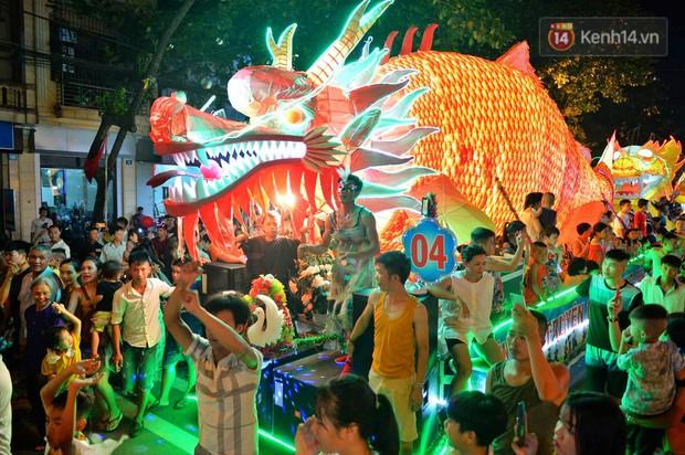 Hàng vạn người dân Tuyên Quang đổ về trung tâm xem rước đèn khổng lồ, hào hứng nhảy múa trên đường phố - Ảnh 13.