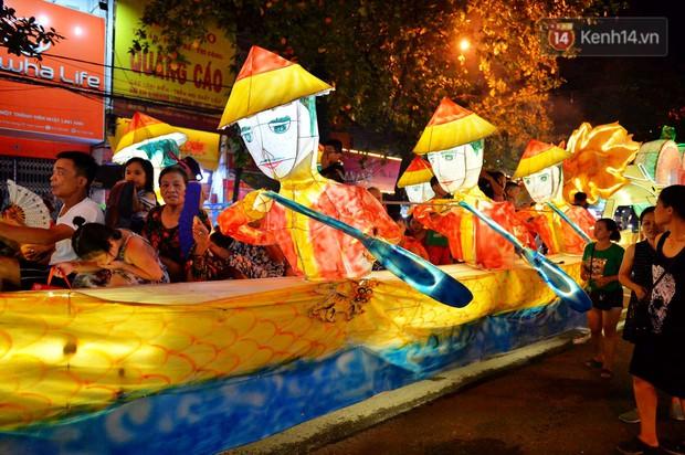 Hàng vạn người dân Tuyên Quang đổ về trung tâm xem rước đèn khổng lồ, hào hứng nhảy múa trên đường phố - Ảnh 14.