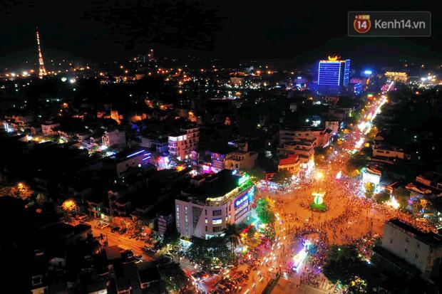 Hàng vạn người dân Tuyên Quang đổ về trung tâm xem rước đèn khổng lồ, hào hứng nhảy múa trên đường phố - Ảnh 19.
