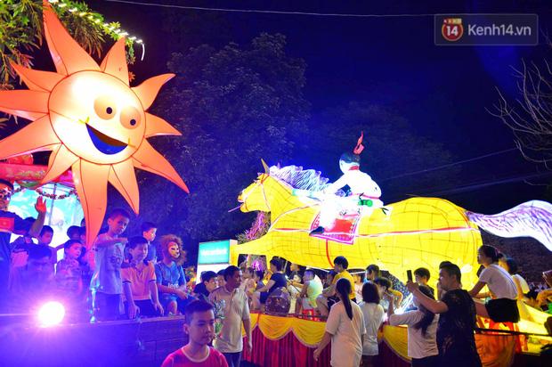 Hàng vạn người dân Tuyên Quang đổ về trung tâm xem rước đèn khổng lồ, hào hứng nhảy múa trên đường phố - Ảnh 2.