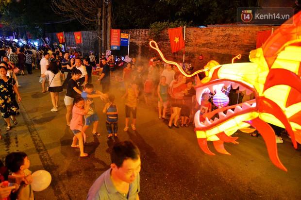 Hàng vạn người dân Tuyên Quang đổ về trung tâm xem rước đèn khổng lồ, hào hứng nhảy múa trên đường phố - Ảnh 7.
