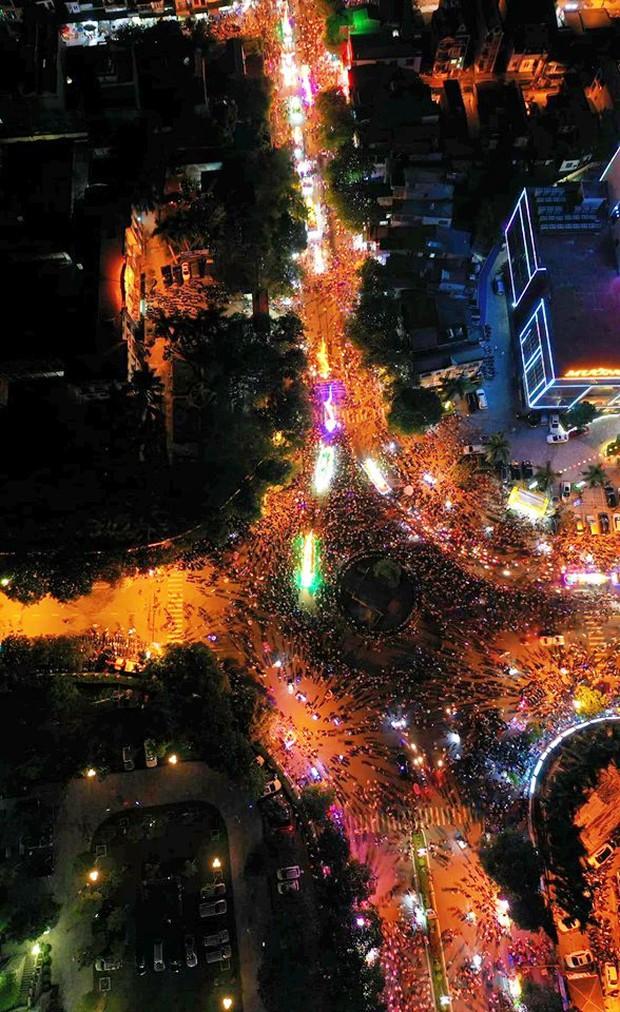 Hàng vạn người dân Tuyên Quang đổ về trung tâm xem rước đèn khổng lồ, hào hứng nhảy múa trên đường phố - Ảnh 17.