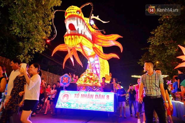 Hàng vạn người dân Tuyên Quang đổ về trung tâm xem rước đèn khổng lồ, hào hứng nhảy múa trên đường phố - Ảnh 6.