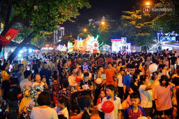 Hàng vạn người dân Tuyên Quang đổ về trung tâm xem rước đèn khổng lồ, hào hứng nhảy múa trên đường phố - Ảnh 8.