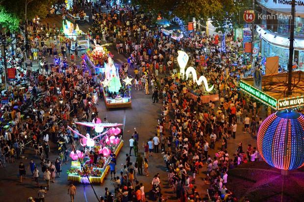 Hàng vạn người dân Tuyên Quang đổ về trung tâm xem rước đèn khổng lồ, hào hứng nhảy múa trên đường phố - Ảnh 16.
