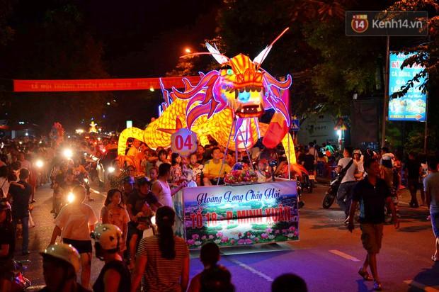 Hàng vạn người dân Tuyên Quang đổ về trung tâm xem rước đèn khổng lồ, hào hứng nhảy múa trên đường phố - Ảnh 4.