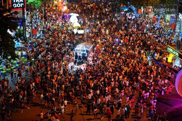 Hàng vạn người dân Tuyên Quang đổ về trung tâm xem rước đèn khổng lồ, hào hứng nhảy múa trên đường phố - Ảnh 1.