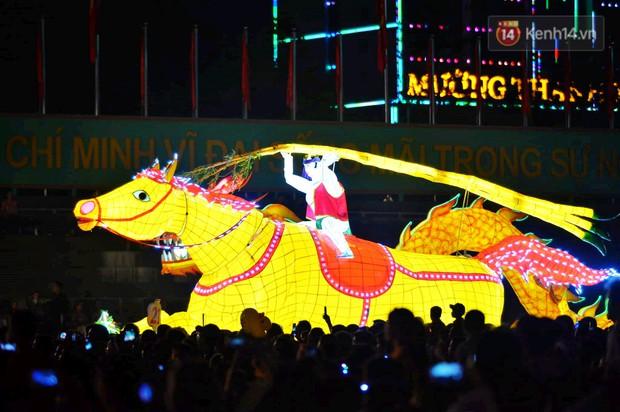 Hàng vạn người dân Tuyên Quang đổ về trung tâm xem rước đèn khổng lồ, hào hứng nhảy múa trên đường phố - Ảnh 3.