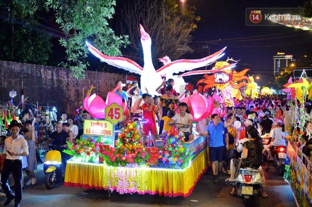 Hàng vạn người dân Tuyên Quang đổ về trung tâm xem rước đèn khổng lồ, hào hứng nhảy múa trên đường phố - Ảnh 5.