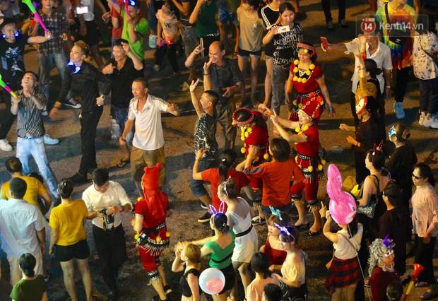 Hàng vạn người dân Tuyên Quang đổ về trung tâm xem rước đèn khổng lồ, hào hứng nhảy múa trên đường phố - Ảnh 12.