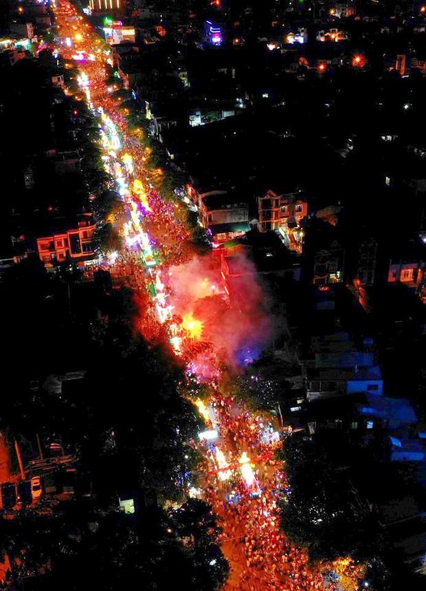 Hàng vạn người dân Tuyên Quang đổ về trung tâm xem rước đèn khổng lồ, hào hứng nhảy múa trên đường phố - Ảnh 18.