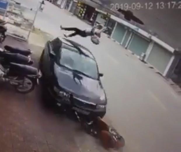 Clip: Nữ sinh đi xe đạp điện ngược chiều bị ô tô hất tung kinh hoàng, dư luận vừa thương lại vừa trách - Ảnh 2.
