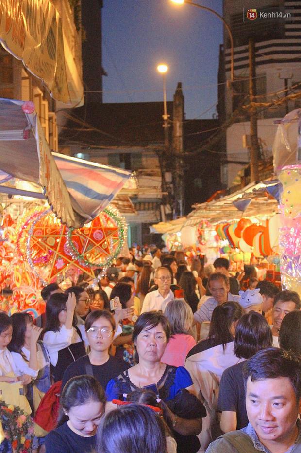 """""""Hoảng hồn"""" khi ghé thăm phố lồng đèn Sài Gòn đêm Trung Thu: Đông đúc, nóng bức và hàng loạt hiểm nguy rình rập - Ảnh 6."""