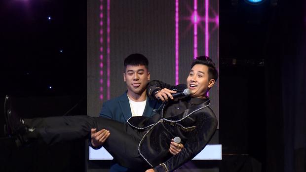 Nguyên Khang ngại ngùng khi được trai đẹp 6 múi bất ngờ bế bổng trên sân khấu - Ảnh 3.