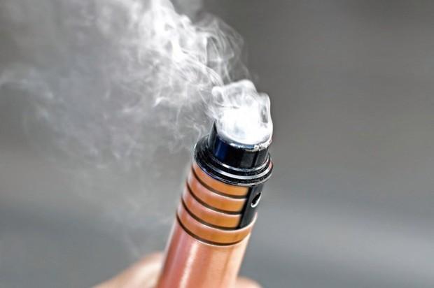 Đã có nạn nhân thứ 6 tử vong và 450 ca bị bệnh về phổi nghi do hút thuốc lá điện tử - CDC cảnh báo mọi người phải thật cẩn trọng - Ảnh 1.