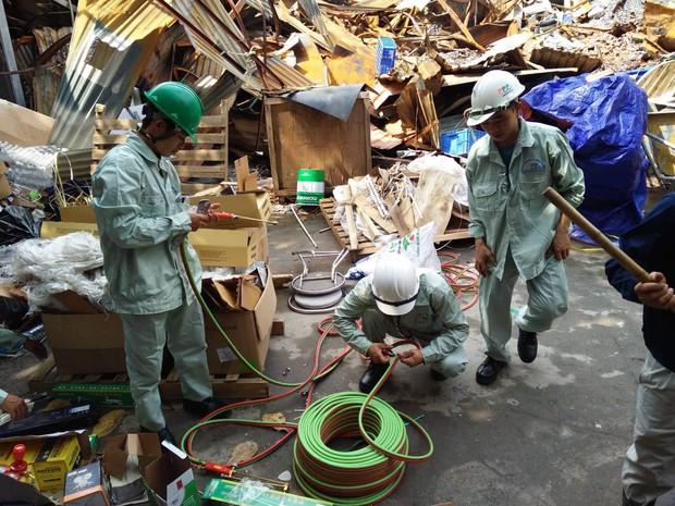 Binh chủng Hóa học tiến hành tẩy độc nhà xưởng Công ty Rạng Đông sau vụ cháy kinh hoàng - Ảnh 14.