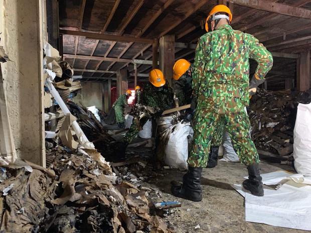 Binh chủng Hóa học tiến hành tẩy độc nhà xưởng Công ty Rạng Đông sau vụ cháy kinh hoàng - Ảnh 16.